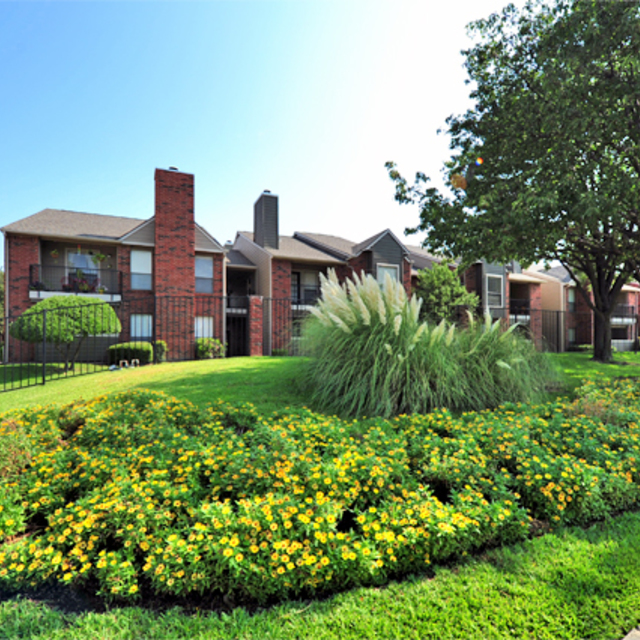 Greenbriar Apartments In Plano | Exterior Walkway